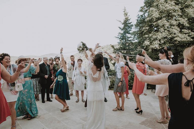 Bouquet à rubans de la mariée lors du lancé
