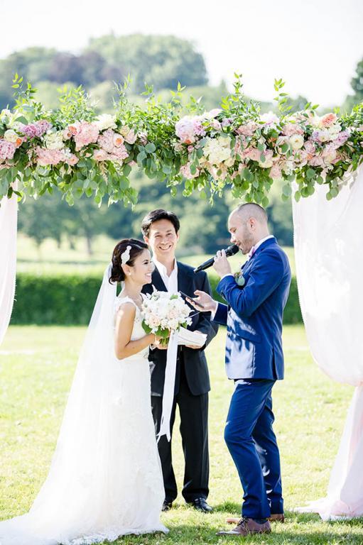 Officiant de cérémonie et les mariés