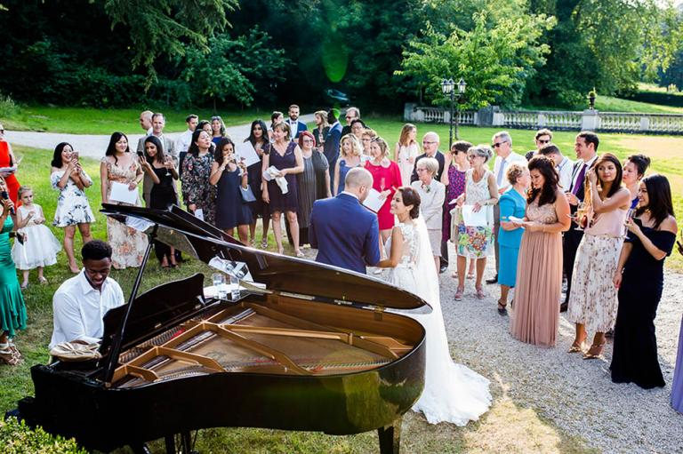 Mariés et invités autour du piano