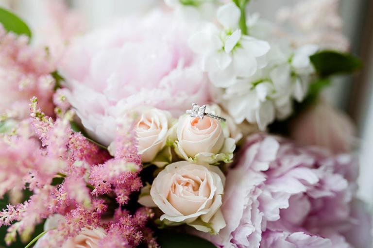 Décoration florale et bague de mariée