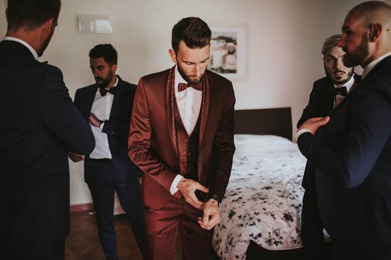 Préparatifs du marié et garçons d'honneur