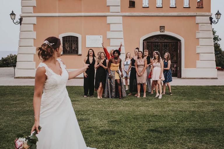 Lancé de bouquet de la mariée