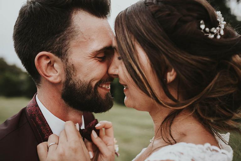 Moment complice des mariés