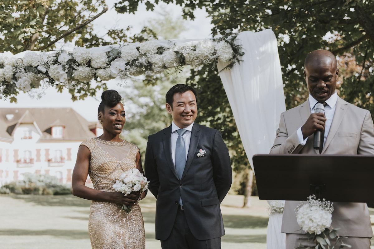 L'officiant surprise à la cérémonie laïque de mariage